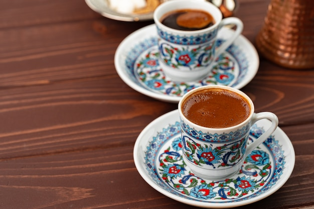 Traditionele turkse koffie in oosterse servies close-up