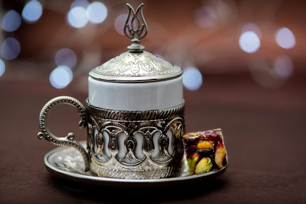 Traditionele turkse koffie in traditionele metalen beker