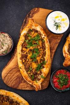 Traditionele turkse pide met vlees