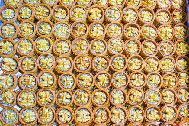 Traditionele turkse snoepjes op egyptische bazaar van istanboel