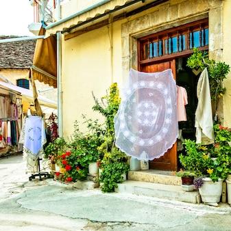 Traditionele typische dorpen van cyprus met kantwerkplaatsen.