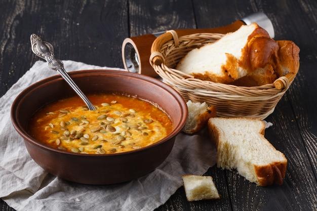 Traditionele vegaterian-pompoensoep met zaad in kom