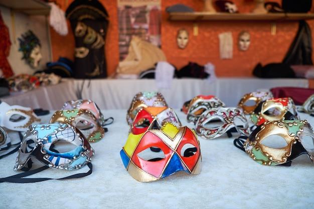 Traditionele venetiaanse maskers voor het carnaval in de straatwinkel van venetië italië