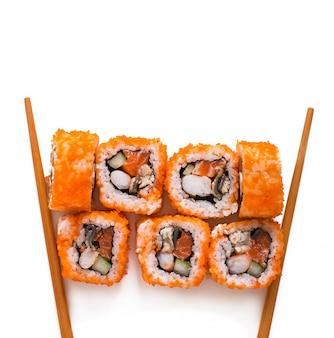 Traditionele verse japanse sushibroodjes die op witte achtergrond worden geïsoleerd. bovenaanzicht