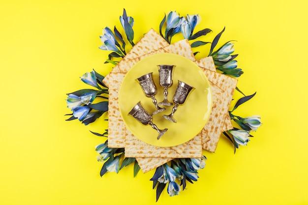 Traditionele vier wijnbekers met matzoh. joodse feestdagen pascha concept.