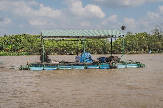 Traditionele vietnamese veerboot die mensen en hun fietsen over de mekong rivier in vietnam, zuidoost-azië neemt
