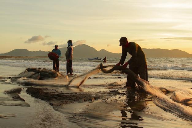 Traditionele vissers vangen vis in de zee