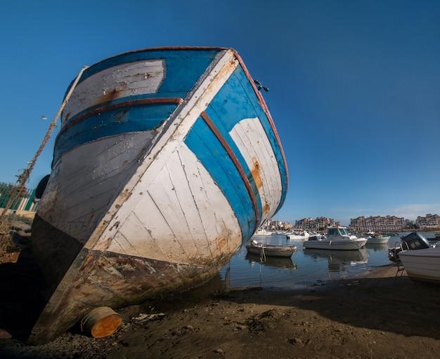 Traditionele vissersboten aan de kust
