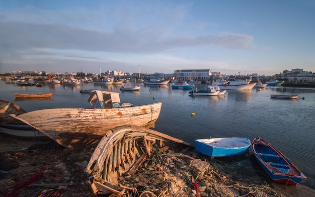 Traditionele vissersboten op het zand en water