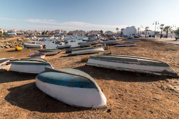 Traditionele vissersboten op het zand