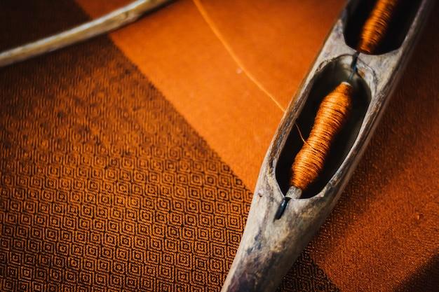 Traditionele weefgetouw machine vintage stijl, gereedschap voor het weven van het maken van thaise zijde