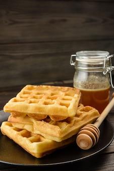 Traditionele weense wafels met honingclose-up.