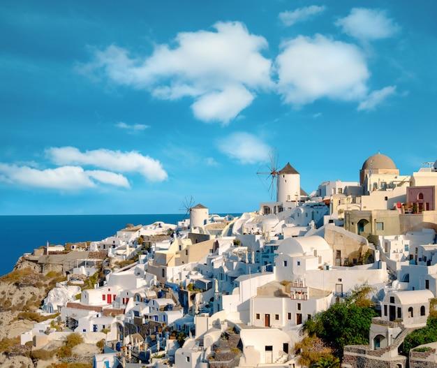 Traditionele windmolen en appartementen in oia dorp in santorini