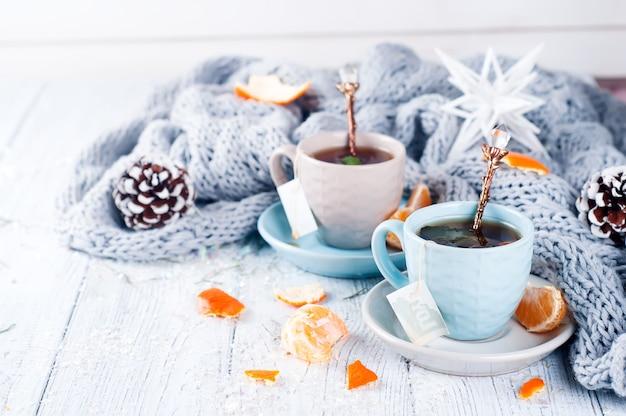 Traditionele winterdrank thee met munt en mandarijn.
