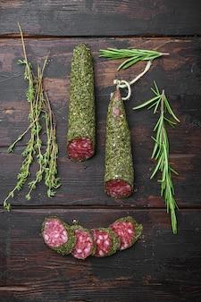 Traditionele worst salami fuet, in plakjes gesneden op oude houten tafel, bovenaanzicht