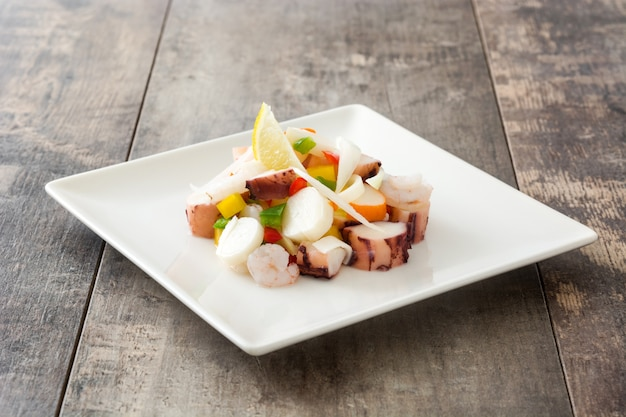 Traditionele zeevruchten ceviche uit peru op houten tafel