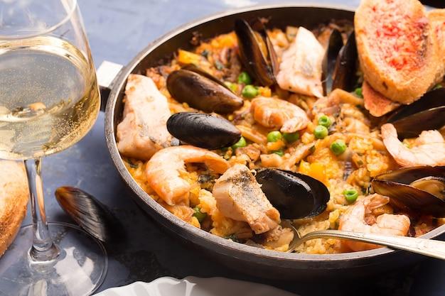 Traditionele zeevruchtenpaella in de pan