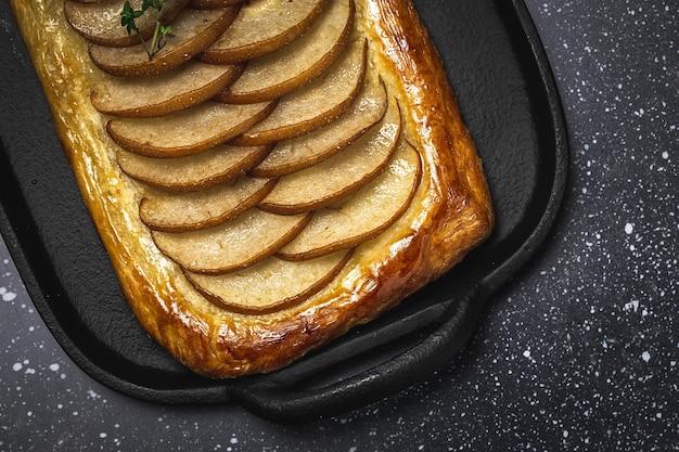 Traditionele zelfgemaakte biologische appeltaart op donkere achtergrond. gezond foood-concept