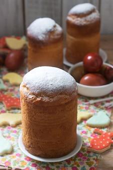 Traditionele zelfgemaakte pasen cake in de pasen decoratie. rustieke stijl.
