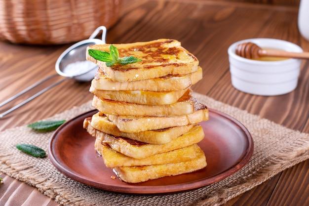 Traditionele zoete gebakken toast met honing en munt. heerlijk ontbijt.