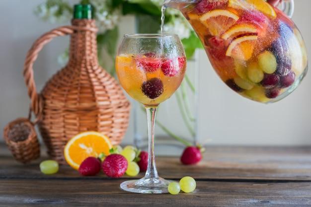 Traditionele zomerdrank witte mousserende wijn sangria
