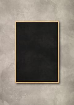 Traditionele zwarte bord geïsoleerd op betonnen muur