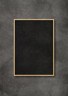 Traditionele zwarte bord geïsoleerd op een donker beton