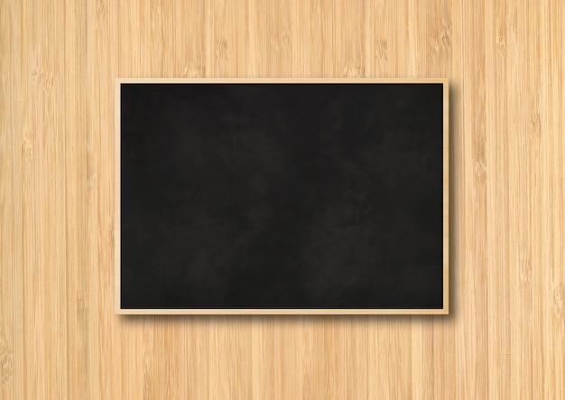 Traditionele zwarte bord geïsoleerd op een houten tafel