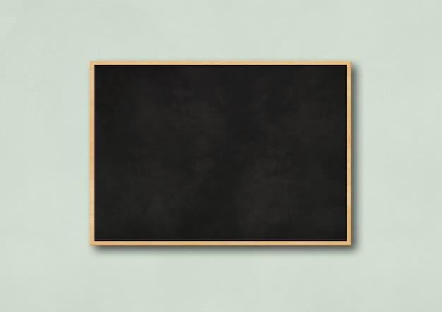 Traditionele zwarte bord geïsoleerd op een lichtblauw
