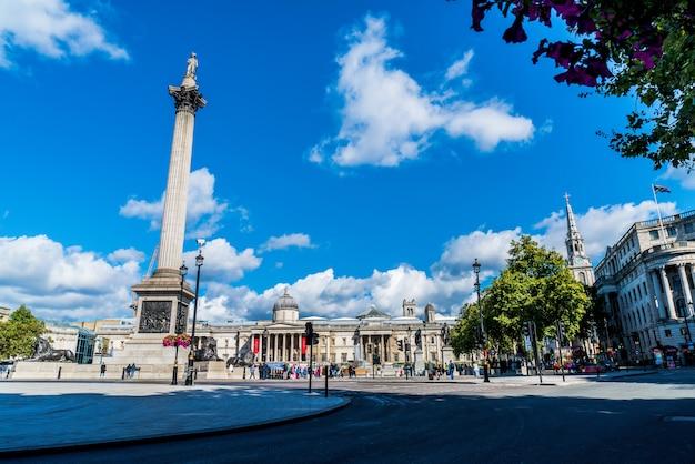 Trafalgar square is een openbare ruimte en toeristische attractie in centraal londen.