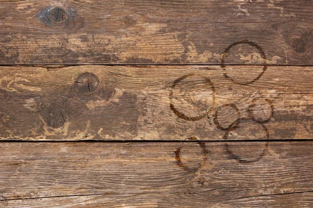 Trail van kopjes koffie op oude houten achtergrond. bovenaanzicht. plat liggen.