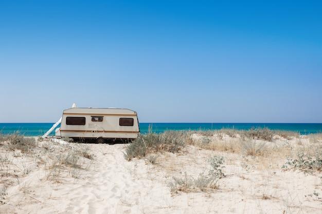 Trailer op het strand