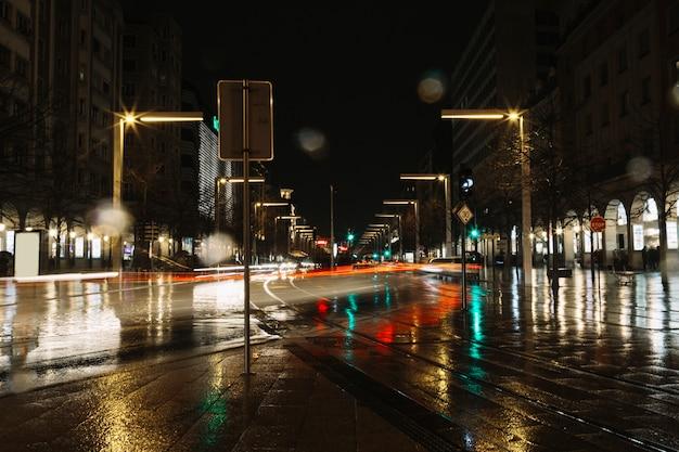 Trails van licht op avondstraat