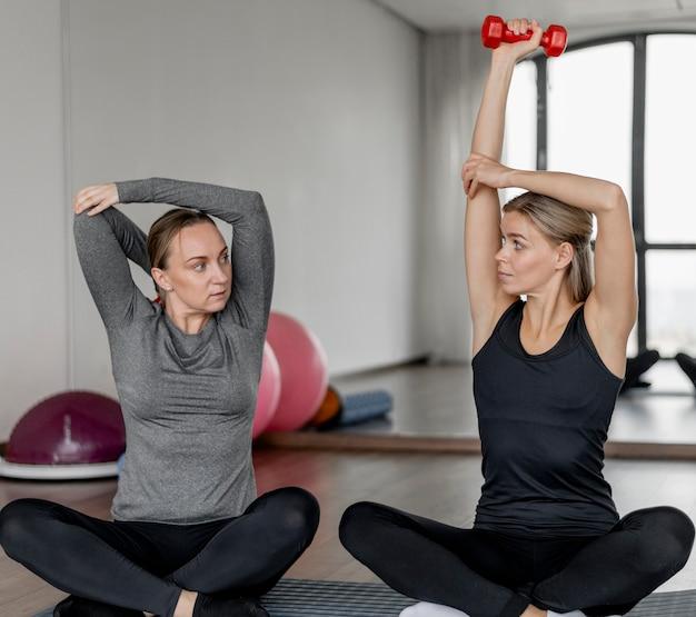 Train met trainer en cliënt die naar elkaar kijken