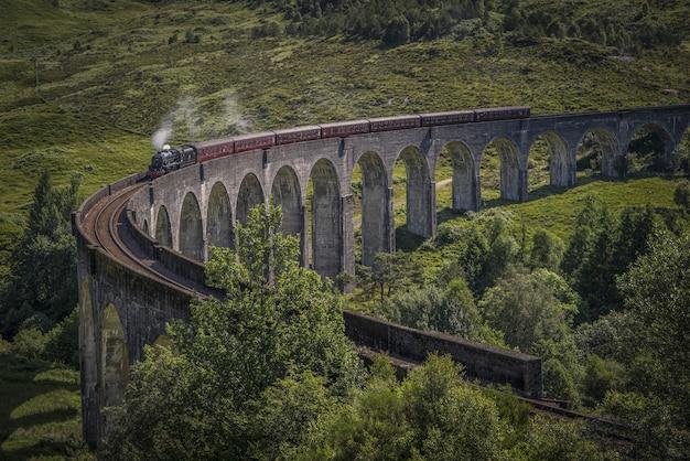 Train onderweg op een brug