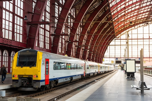 Train op het perron van het station, reis in europa. vervoer via europese spoorwegen, comfortabel toerisme en reizen