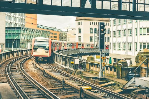 Train op verhoogde sporen die naar het station in hamburg komen