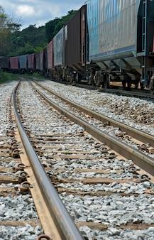 Train perspectief vanuit het oogpunt van wielen en rail
