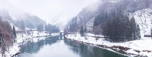 Trainen in de sneeuw van het de winterlandschap