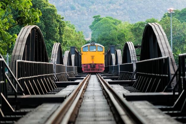 Trainen in de spoorbrug in kanchanaburi