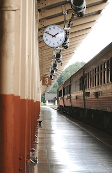 Trainen in het treinstation van chiang mai in chiang mai, thailand.