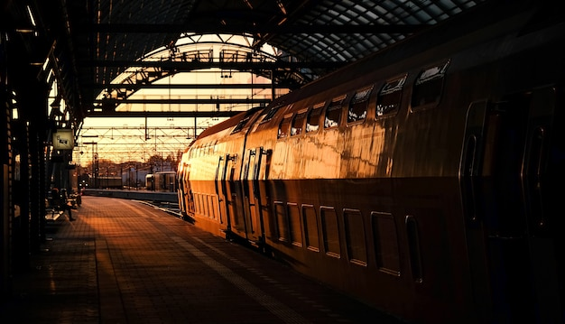 Trainen in zonsondergang op station in amsterdam