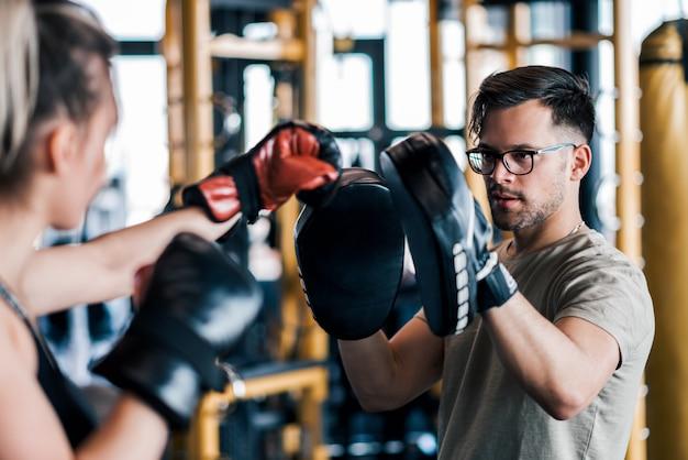 Trainen met bokshandschoenen en partner of coach sparen.