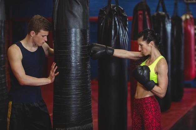 Trainer die een vrouwelijke bokser bijstaat