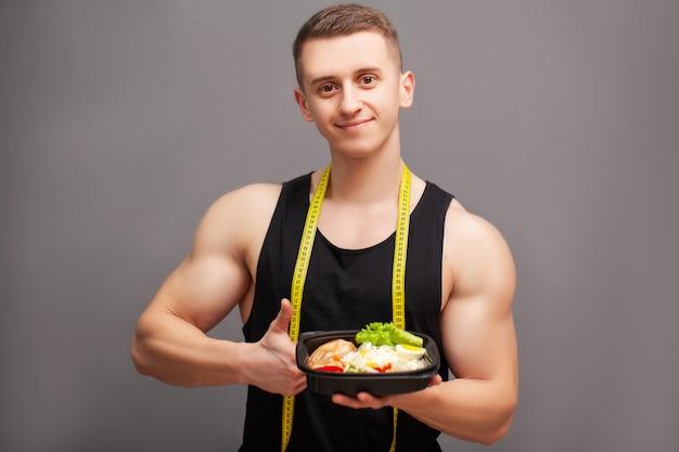 Trainer eet een eiwitrijke maaltijd van vlees en fruit