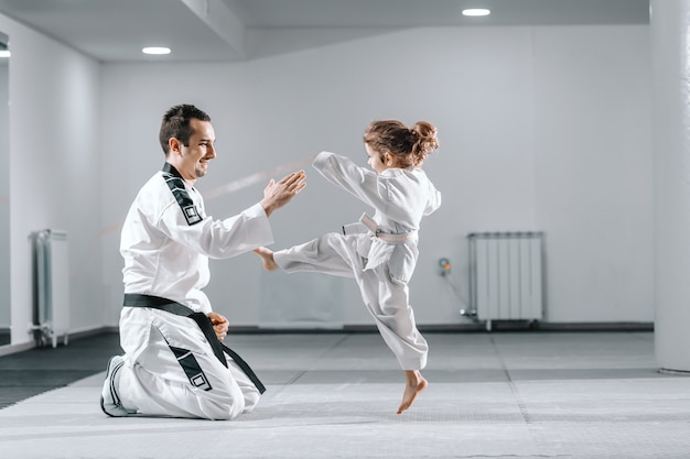 Trainer lesgeven meisje taekwondo,