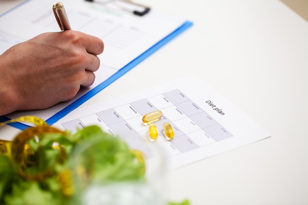 Trainer stelt een trainingsprogramma en een gezond voedingsplan op