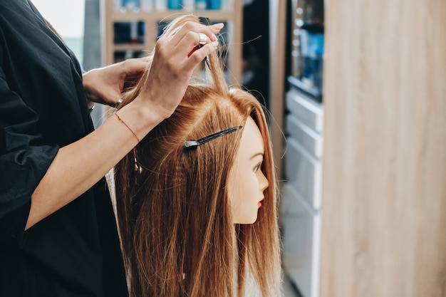 Training haarstyling op een mannequin