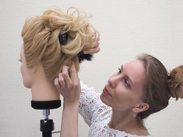 Training haarstyling op een mannequin.