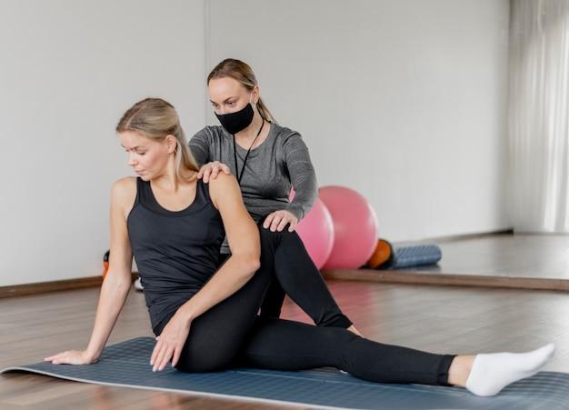 Training met persoonlijke trainer die zwart masker draagt